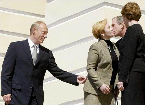 Людмила Путина целуется с Джорджем Бушем