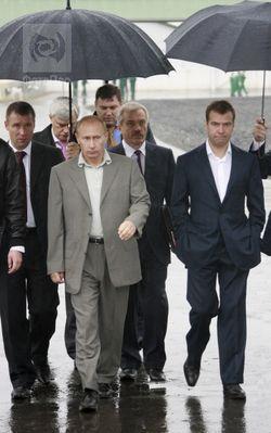 Пиджаки Медведева и Путина сделали меньше — большие укорачивают ноги