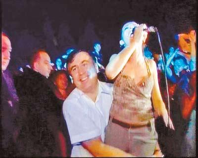 Саакашвили хватал за бедра певицу (Фото)